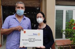 Esperanza Torrens, Presidenta de Rotary Barcelona Sarrià (2020-2021); i Francesc Pous, Responsable del CRI Hort de la Vila, de Sant Joan de Deu Serveis Socials - Barcelona