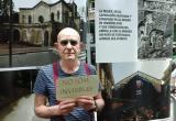 Un participant de la Mostra donant suport a les persones en situació de sense llar