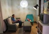 Profesional del programa Llars, en una de las viviendas de inclusión. Sant Joan de Déu Serveis Socials Barcelona