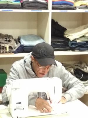 Un dels professionals de la costura, cosint les primeres mascaretes