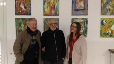 L'artista Jordi Maragall, al mig, amb la responsable del CRI Hort de la Vila i un amic