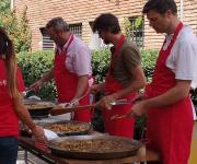 Professionals d'Atrápalo cuinant les paelles